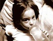چگونه کودک را از شیشه شیر بگیریم