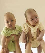 تغذیه با شیر مادر در دوقلوها