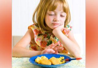 چرا کودک از خوردن امتناع می کند و چه باید کرد؟